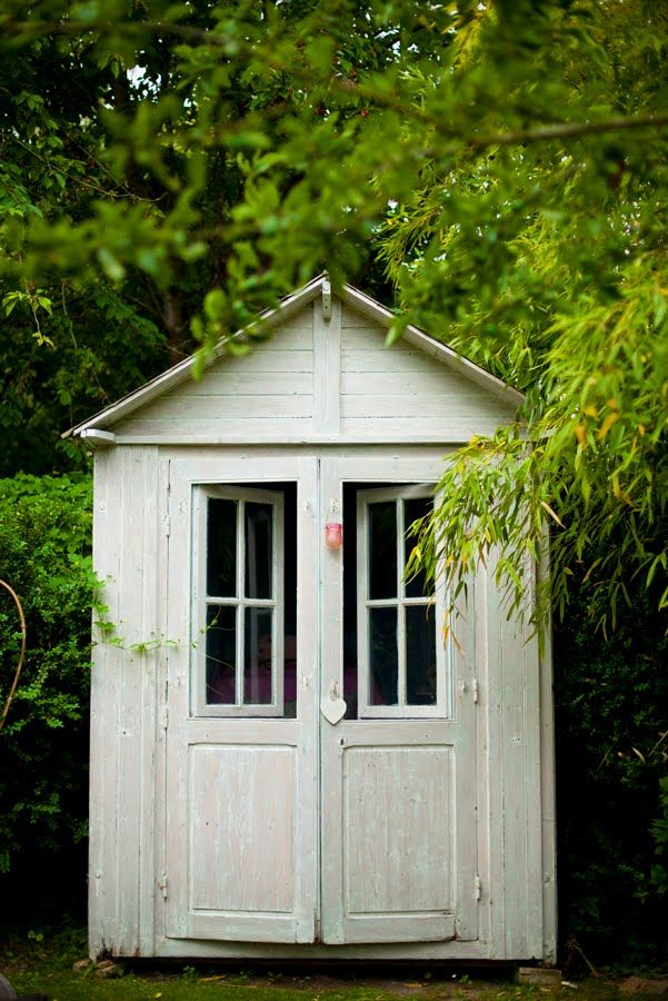 ♥-this would be a nice little garden shed beside of the barn house.