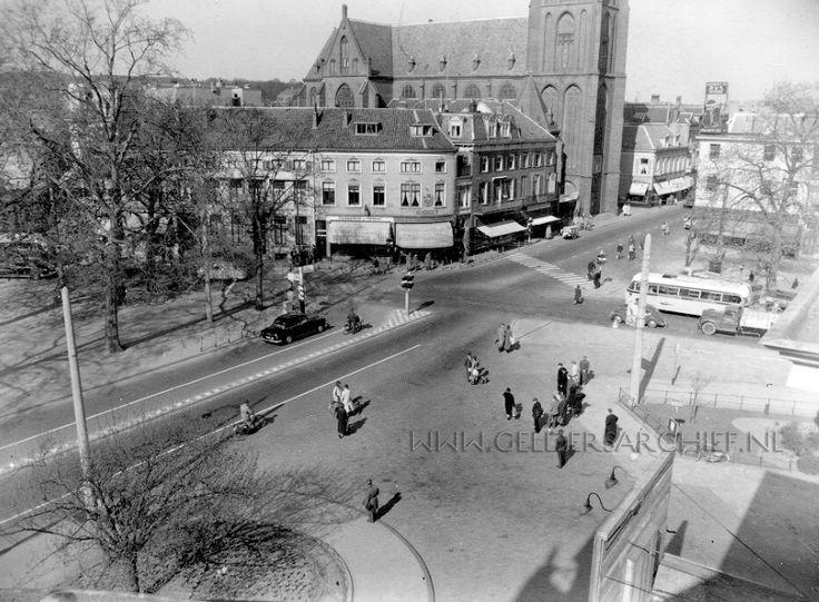 Velperplein gezien richting Steenstraat met op de achtergrond rechts het onderstuk van de St. Martinuskerk 1935-1940