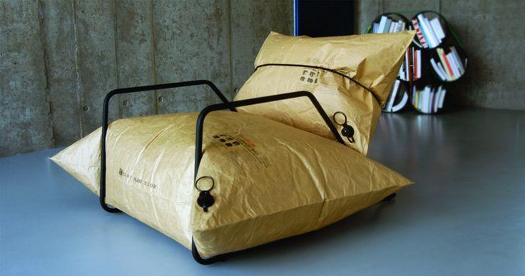 stoel gemaakt van gerecycled papier en gevuld met lucht