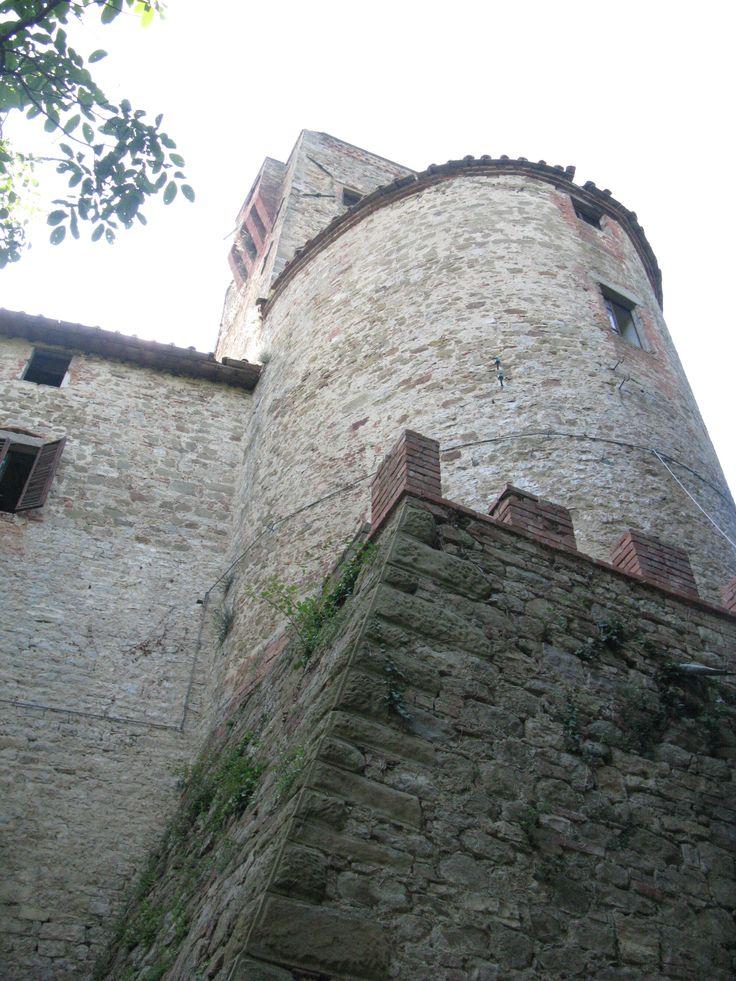 Il Castello di Reschio fu costruito prima dell'anno mille. Da questo lato, dove si apre il portone principale si possono notare i rifacimenti rinascimentali.