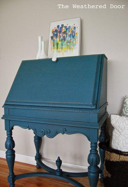 Un escritorio de la secretaria de antigüedades en un profundo verde azulado