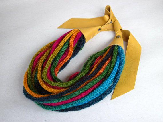 Strick Schal Halskette mit Gelb-Senf Leder von Strojownia auf Etsy