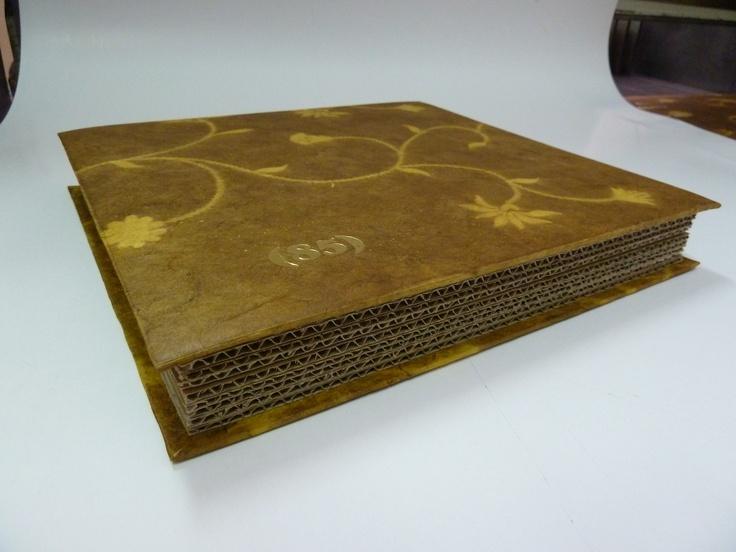 (angulo 3) Caja papel nepal y carton reciclado, cierres de iman, temografia oro
