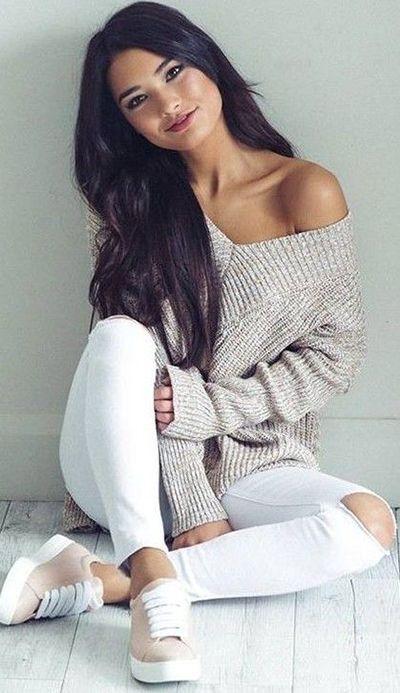 Vestido de latina encantadora: Del suéter del hombro + pantalones vaqueros blancos destructed + zapatos tenis clásicos con cordones gordos.