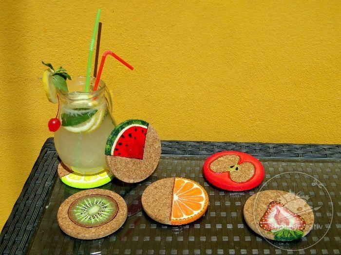 In zilele calde de vara ne place sa ne luam un ragaz si sa fim rasfatati cu o limonada rece intr-un ambient placut, preferabil in aer liber, de exemplu in gradina. Pentru aceste clipe de tihna am creat niste suporturi de pahare cu tematica de fructe, care nu numai ca sunt utile, protejand masuta, dar sunt unice si placute la vedere. 🥝🍹🍉