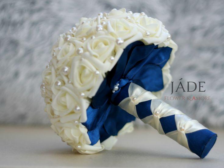 Gyöngyös ékszercsokor királykék gallér és fogórésszel ,#gyöngycsokor #ékszercsokor #örökcsokor #jadevirag #királykék #bouquet #pearl #navyblue