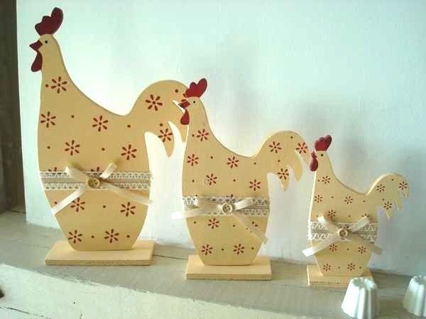 Série composée de trois poules en bois de couleur jaune pastel, elle sont chacunes rehaussées d'un ruban en dentelles et d'un bouton en bois.