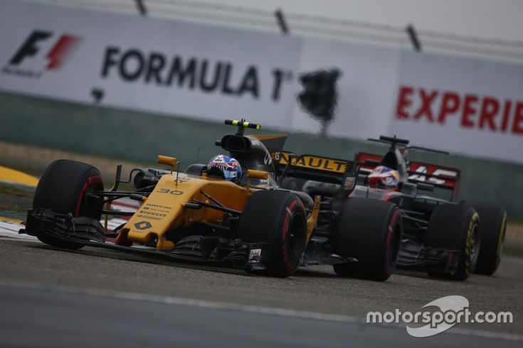 Jolyon Palmer, Renault Sport F1 Team RS17, leads Romain Grosjean, Haas F1 Team VF-17