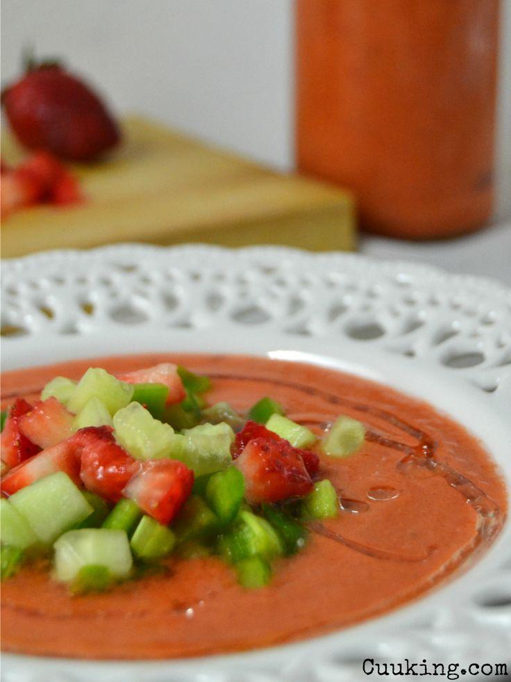 Ahora que se acerca ya el buen tiempo este gazpacho de fresas me parece una idea genial tanto como primer plato o como bebida entre horas