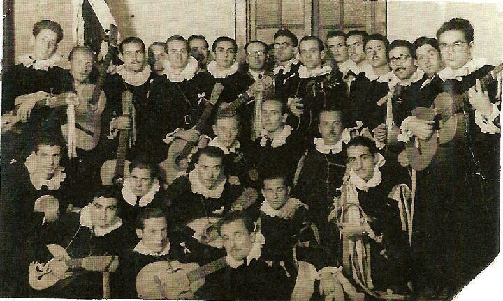 grupo de tunos posa para una foto circa 1948