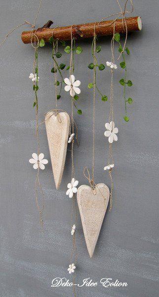 super einfache aber süße DIY Dekoration: Herzen und Blumen auf Holzpfosten aufhängen