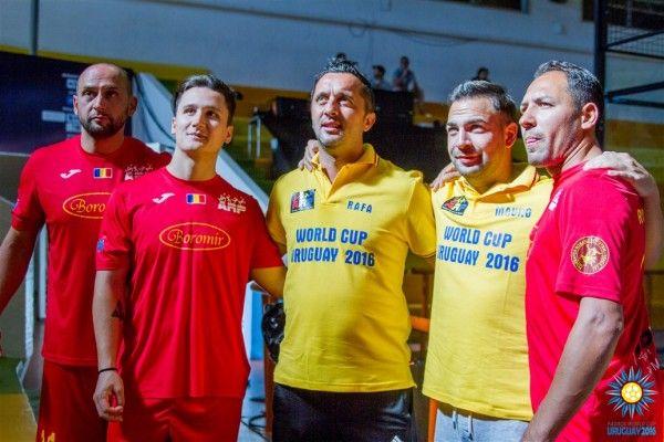 https://www.youtube.com/watch?v=g3Pi9kW9XPc&t=9s Dupa o calatorie de peste 24 ore, nationala Romaniei ajuns in pe continentul sud-american, avand la dispozitie două zile la dispoziție să se acomodeze cu fusul orar și cu spațiul de joc din Uruguay. Obiectivul Campionatului Mondial de Padbol 2016, o medalie la fete La masculin, România 1 (Balaban Ionuț, Robert Gherghișan) este în grupă Spania 1...