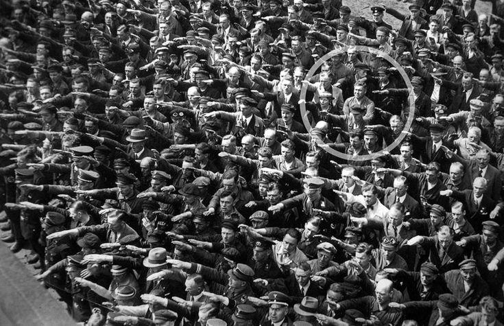 August Landmesser negándose a hacer el saludo Nazi en un mitin multitudinario