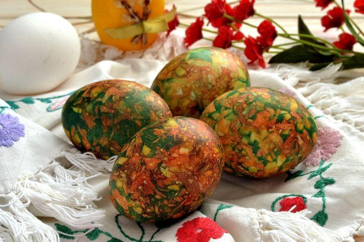 Мраморные яйца на Пасху, покрашенные с помощью луковой шелухи и обычной зелёнки