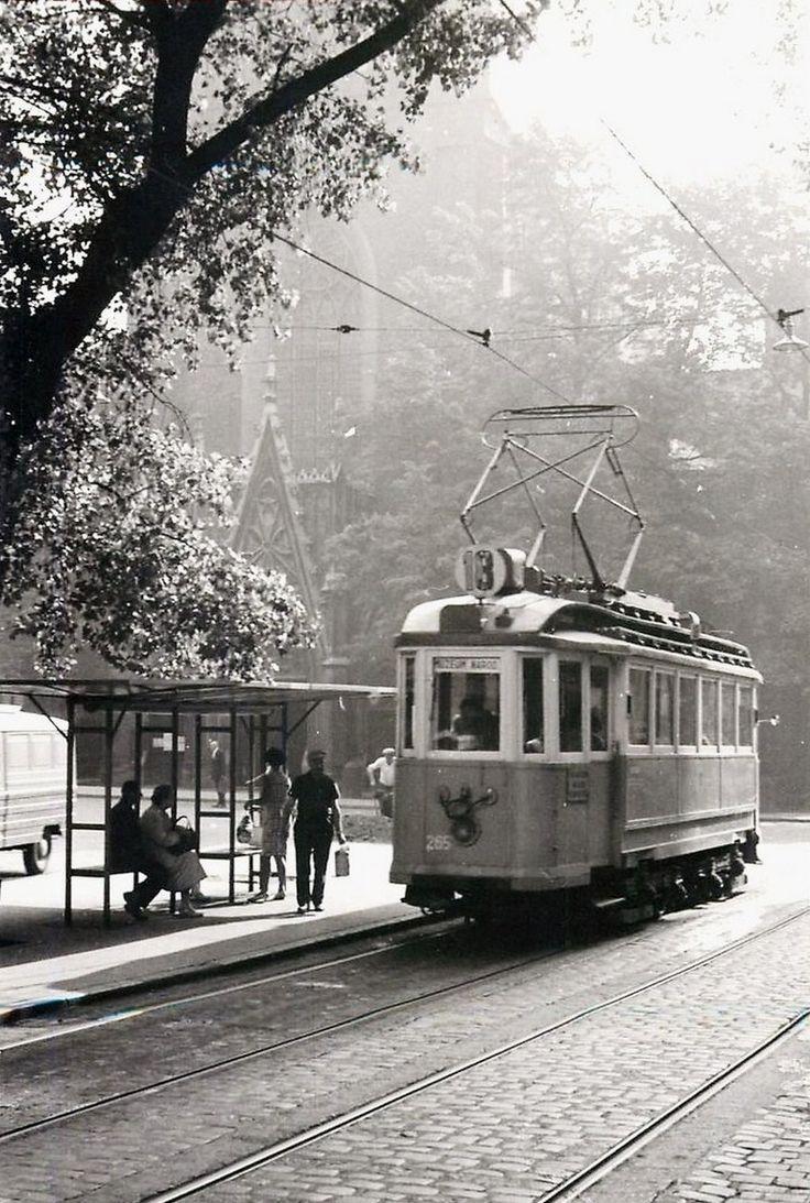 Tramwaj nr 18 na przystanku Plac Dominikański. Kraków, lata 50-te.