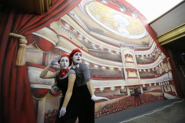 Фото дня: Искусство вместо идолов В Киеве на станции метро «Театральная» бюст Ленина заменили 3D-картиной.