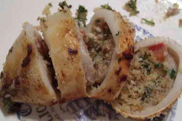 Secondo piatto tipico della tradizione italiana, i totani ripieni sono di origine toscana. Molto simili ai calamari, hanno una carne più soda e saporita. Ecco come si cucinano e le varianti della pietanza.