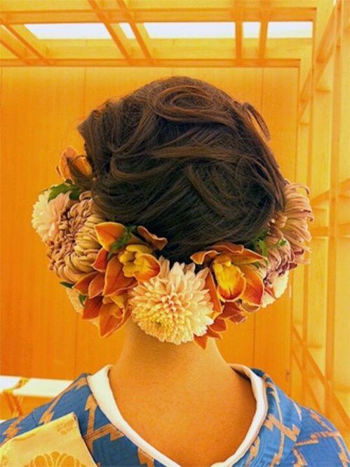 王道のお花スタイルも、こんな風に下から覆うようにすると、大人っぽくなります。前からはスッキリ、後ろからは豪華に、ふたつの面が出せていいですね。
