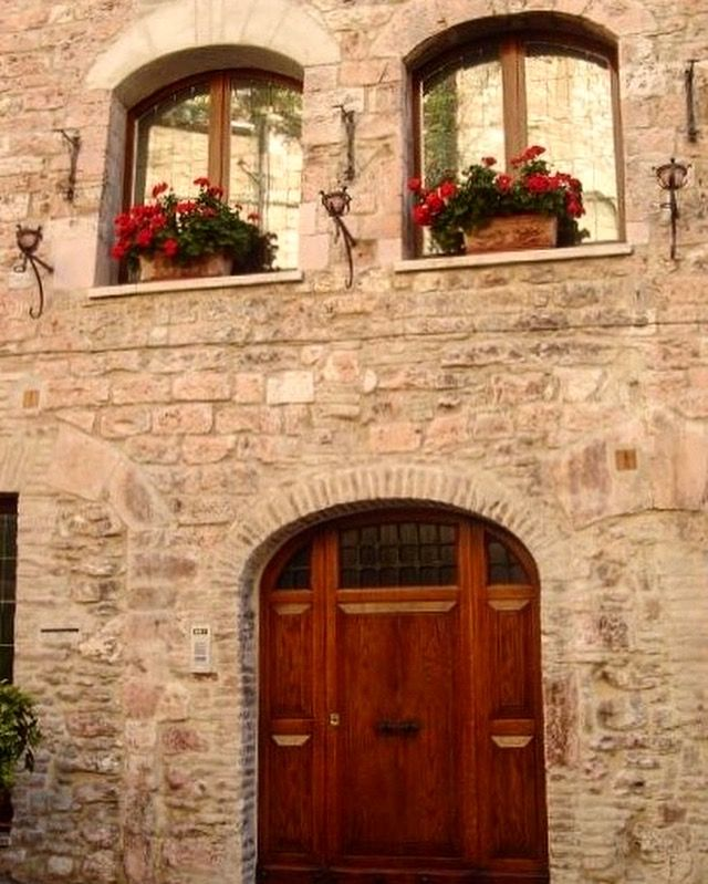 🇮🇹The cute windows of Assisi ❤ #melbournelifelovetravel  #assisi #umbria #buildings #history #beautiful #picturesque #visititalia #italy #architecture #visitassisi #thatview #window #shutters #visititaly #instatravel #instamoments #door