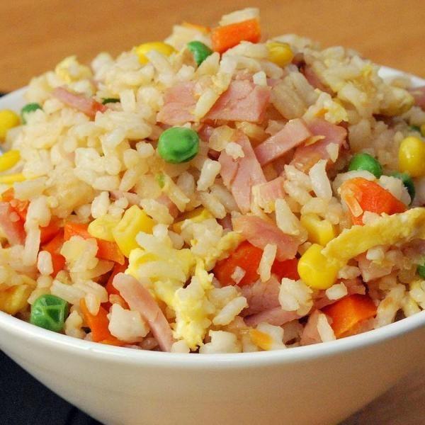 Como fazer arroz três delícias. Existem milhares de receitas para cozinhar arroz, uma das receitas é o arroz três delícias que é ideal para uma infinidade de ocasiões. A preparação não apresenta nenhum tipo de dificuldade e é feito ...