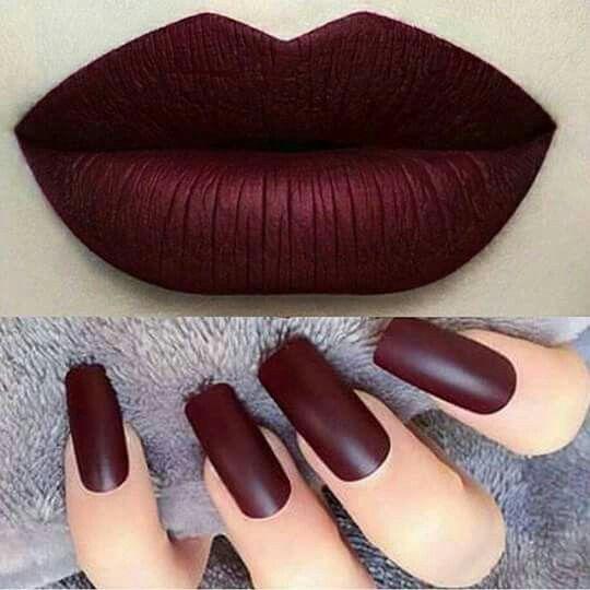 Hermosas uñas en color vino, en combinación con un labial del mismo tono