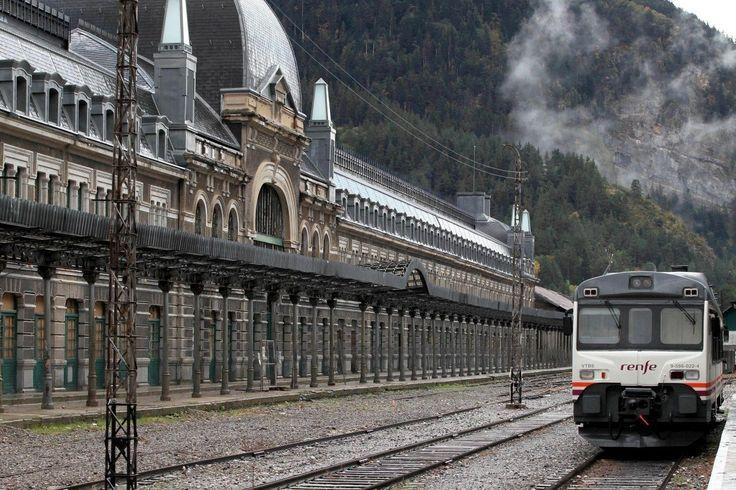 Dernière vue de la gare internationale de Canfranc, en Espagne, avant sa rénovation par la région Aragon. Le 11 octobre 2012.
