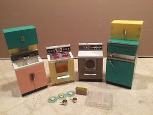 I got this for Christmas in 1962 and it set the style bar for the rest of my life! VINTAGE BARBIE DELUXE READING DREAM KITCHEN DISHES FOOD FRIDGE OVEN SINK WASHER!