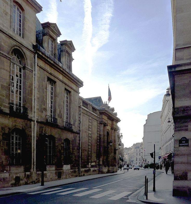 Paris VI - La rue de Vaugirard devant le palais du Luxembourg .