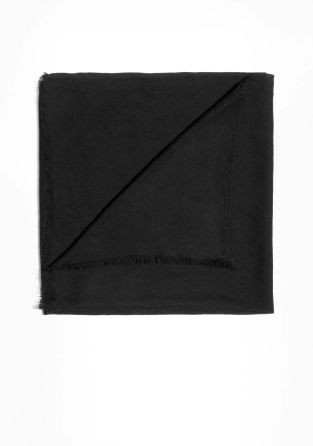With fringes on the short sides, this classic wool scarf has a fine knit texture.