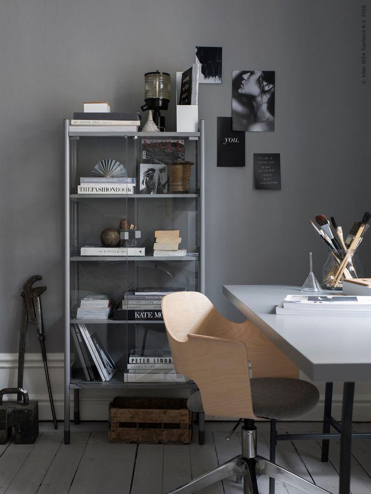 Ett växthus/trädgårdsskåp i arbetsrummet? Javisst! Här fungerar HINDÖ som bokskåp och display för favoritting i arbetsrummet. Med sin råenkla look blir det ett snyggt, industriellt inslag med dekorativ förvaring bakom glasade dörrar. De antracitgrå benbockarna LERBERG med en grå arbetsskiva blir en snygg, enhetlig kombination, där arbetsstolen FJÄLLBERGET bryter av med sin ljusa björkfanér.