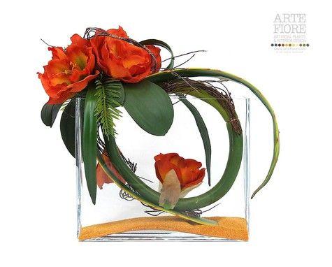Composizione floreale fiori artificiali in tessuto: in vaso vetro e ghiaia