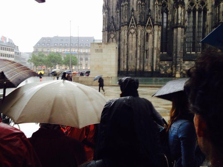 Koln Im Regen Am Tag Als Der Dicke Pitter 100mal Lautet Fur 23 000 Ertrunkene Fluchtlinge Im Mittelmeer Germany