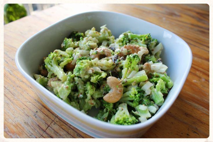 Broccolisalade. Deze salade is snel, simpel en gezond. De knapperige broccoli is heerlijk met de geroosterde sesamzaadjes en de pittige ui en mosterd. De cashewnoten en de zoete rozijnen maken het helemaal af. Een favoriet!