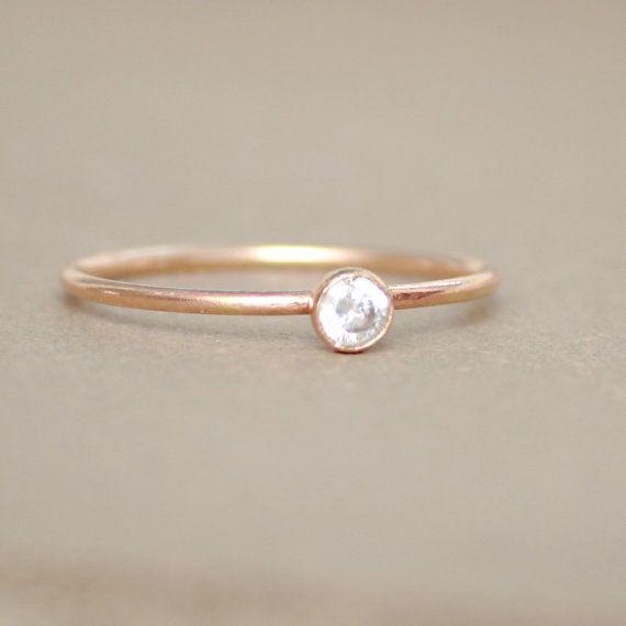bague en or. Diamant CZ. anneau de Pierre de naissance. UN anneau de birthstone empilable délicat. anneau de mères. 14k or rempli. bague de ...