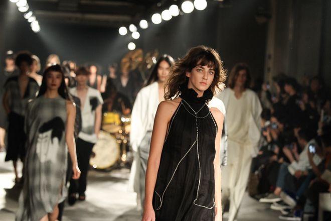 デザイナーの三原康裕が「ミハラヤスヒロ(MIHARAYASUHIRO)」の新ライン「ネハン ミハラ ヤスヒロ(Nehanne MIHARA YASUHIRO)」の2017年春夏コレクションを発表した。会場は文化学園大学・文化服装学院の地下駐車場。縄文時代から日本人の生活に馴染みの深い大麻布を取り入れ、古代ファブリックと現代ストリートカルチャーを融合させた新しいスタイルを、ロックバンド「Alexandros」のドラマー庄村聡泰による生演奏とともに披露した