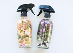 Homemade Room Perfume Spray: essências + água destilada + pétalas/ervas (decoração)