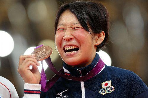 写真:銅メダルを掲げる上野順恵=矢木隆晴撮影