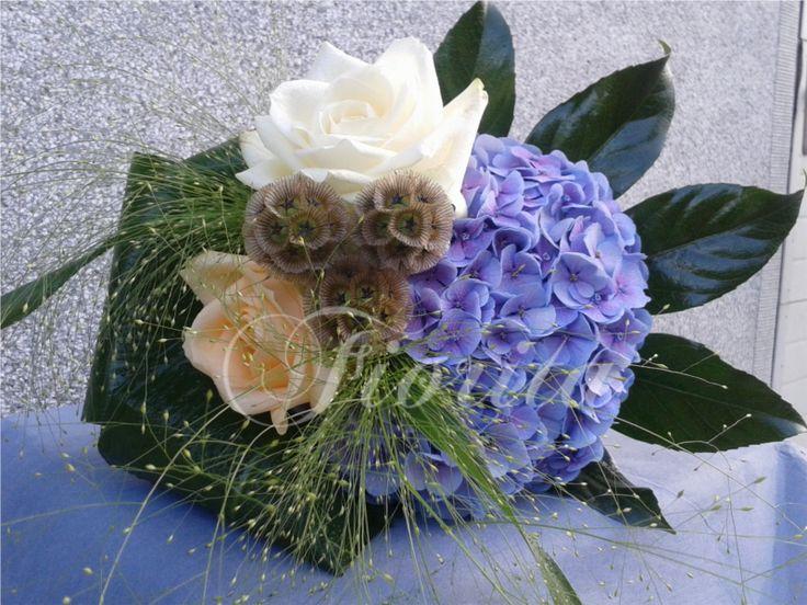 Malá kytička: růže, hortenzie, scabiosa stellata