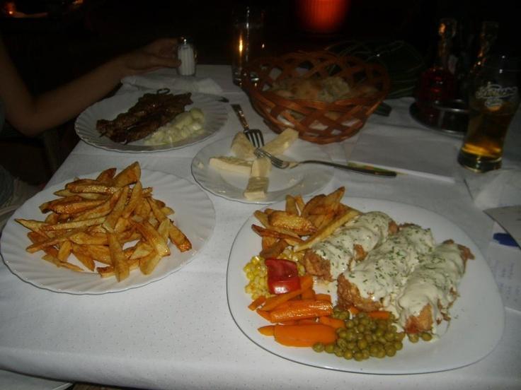 Yemeğimizi ise Pod Volat isimli saat kulesi arkasındaki lokal tarzdaki restoranda yeme fırsatı buluyoruz. Bira, patates kızartması, pide, yerli beyaz peynir, et şiş ve peynirli et sarmasından oluşan doyurucu menü için iki kişi toplam 16 euro veriyoruz. Yemekler gayet büyük... http://www.geziyorum.net/karadag-montenegro-gezisi-podgorica/