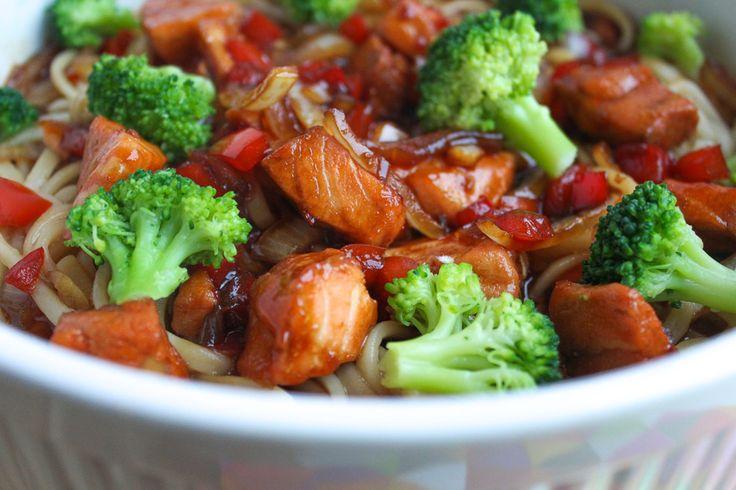 Een makkelijk, lekker en snel teriyaki zalm recept met blokjes zalm, udon noedels, teriyaki mirin saus, paprika en broccoli. Klaar binnen 30 minuten.