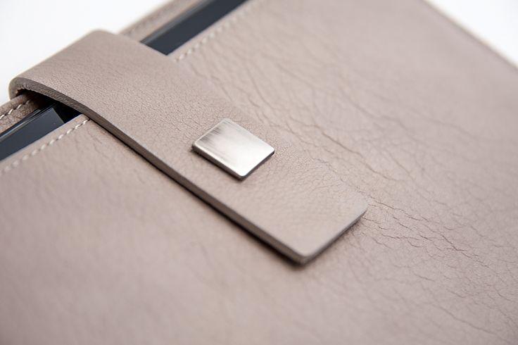 GENOVA è l'elegante custodia Bazzecole per #Tablet  #iPad e #Samsung #Custodia #fashion #Moda #Style #Madeinitaly #Handmade #Genova #Bazzecole