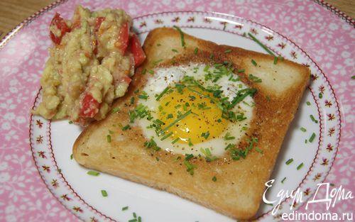 Яйца, запеченные в гренках, с соусом из авокадо  | Кулинарные рецепты от «Едим дома!»