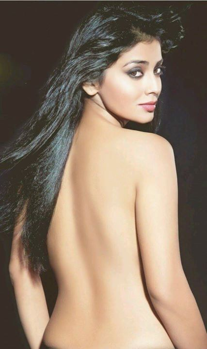 Shriya Saran hot back show in this pic without covered with any clothes…