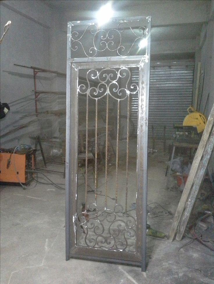 Puerta vidriada con reja