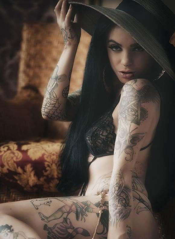 Gorgeous Alice la Douce full body tattoo picture