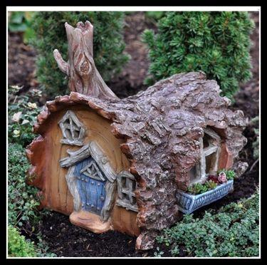mini garden log house - so cute!