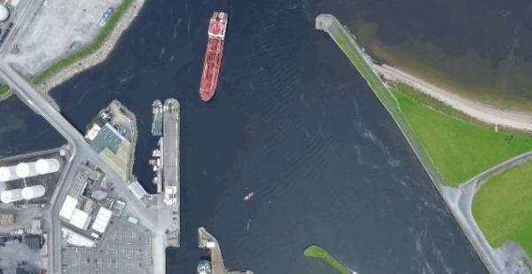 Vídeo de como atraca un buque cisterna en un puerto de reducidas dimensiones