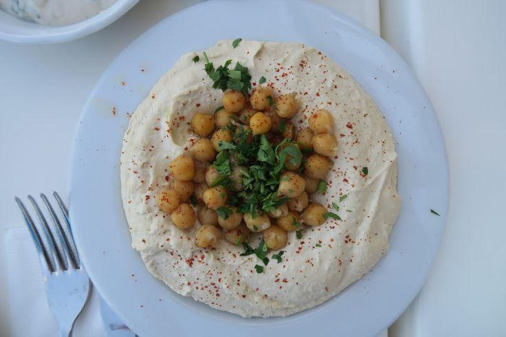 Hvad spiser de i Israel? Og har Israel overhovedet sit eget køkken? Det og meget mere satte vi os for at finde ud af i dette Spise med Price indlæg.Ja, Israel har sit eget køkken, men det er selvfølgelig præget af alle de etniske grupper, der har bosat sig i landet igennem årtusinder. Ikke mindst de mange tilflyttere efter oprettelsen …