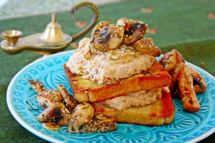 Bohnen Hummus und gebratene Za´atar Pilze auf Toast