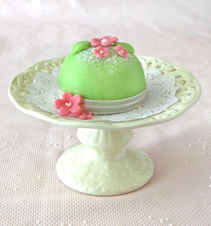 Se você veio parar aqui em busca de um cupcake da Bela Adormecida, Branca de Neve, Cinderela ou Lady Di, me desculpe, mas vai ficar para uma outra vez. Esses lindos bolinhos verdes são uma adaptaçã…